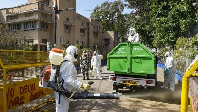 Health workers prepare to sanitise an area in New Delhi.(PTI)