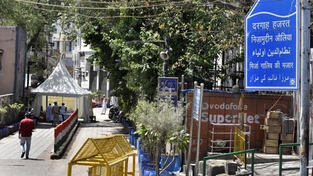 Police cordon and a health check tent near Markaz at Nizamuddin Dargah in Delhi on day 7 of the 21-day nationwide lockdown to check the spread of coronavirus.(Hindustan Times)