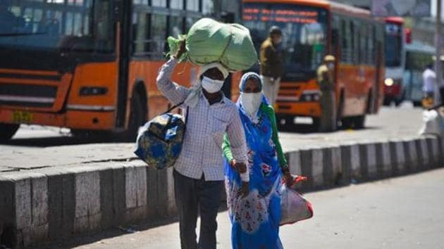 Migrant workers head home on Day 5 of the 21-day nationwide lockdown imposed by the government to curb the spread of coronavirus, New Delhi, March 29, 2020(Amal KS/HT PHOTO)