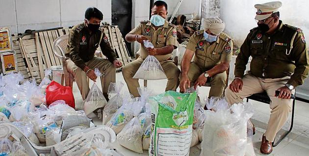 Policemen packing ration packets at the Phase 1 police station in Mohali on Tuesday.(Gurminder Singh/Hindustan Times)