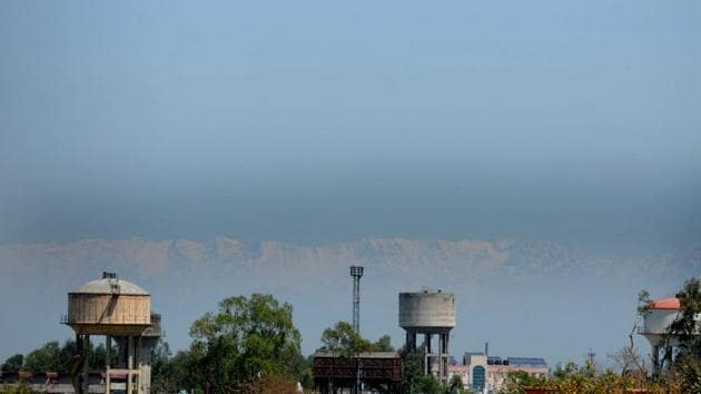 Himachal Pradesh mountains ( Dhauladhar ranges) clearly visible from Jalandhar.(HT Photo/Pardeep Pandit)