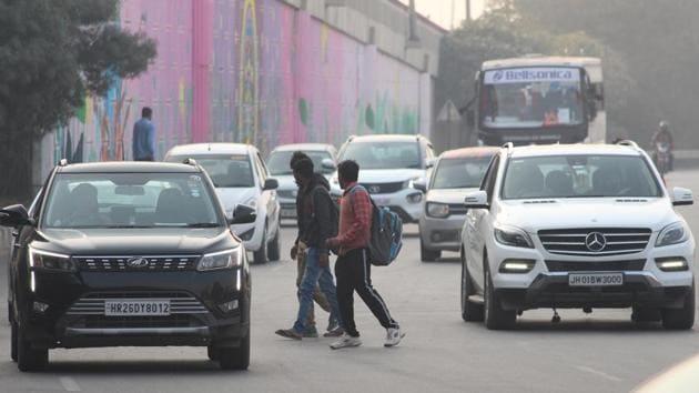 File photo of commuters at Rajiv Chowk, in Gurugram.(Yogendra Kumar/HT File)