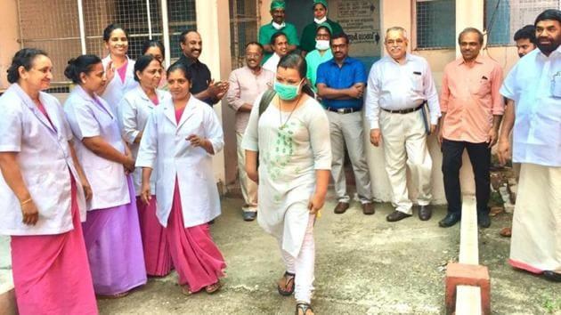 Colleagues cheer Reshma Mohandas,a nurse, as she leaves the Covid-19 ward in Kerala's Kottayam Medical College Hospital.(HT PHOTO.)