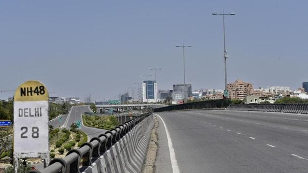 An empty stretch along NH 48 near IFFCO Chowk, on day thirteen of the 21-day nationwide lockdown to curb the spread of coronavirus.(Sanjeev Verma/ Hindustan Times)