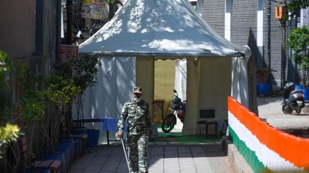 A paramilitary personnel seen at the cordoned off entry route to the Tablighi Jamaat's Alami Markaz Banglewali Masjid building.(Amal KS/ Hindustan Times)