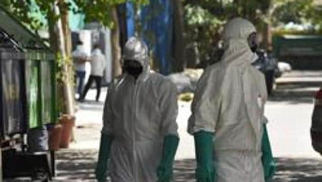The South Delhi Municipal Corporation public health department field workers arrive with a team of doctors and inspectors, Defence Colony, New Delhi, April 6, 2020(Burhaan Kinu/HT PHOTO)