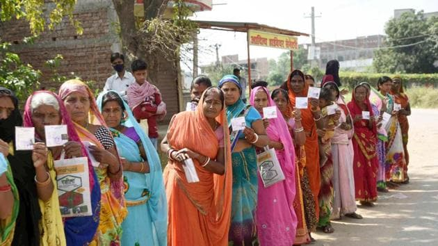 Women wait in queue outside a bank to withdraw money from their Jan Dhan accounts at Anisabad in Patna on April 9.(Santosh Kumar/HT Photo)