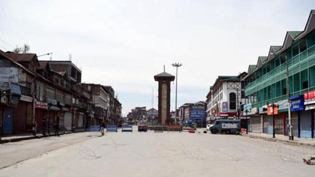 A view of the deserted road during the nationwide lockdown as a preventive measure against the COVID-19 coronavirus, in Srinagar on Saturday.(ANI)