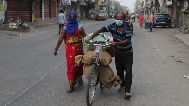 Fruits and vegetables being transported in the morning during lockdown at Khandsa Road, Sabzi Mandi, in Gurugram, India, on Tuesday, April 14, 2020.(Yogendra Kumar/HT photo)
