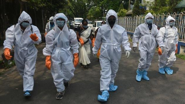 On Thursday, Kolkata Municipal Corporation (KMC) workers and staff from the health department launched a door-to-door survey to inquire about symptoms of influenza and severe acute respiratory infection. They were all wearing personal protective equipment or PPE.(SAMIR JANA/HT PHOTO.)