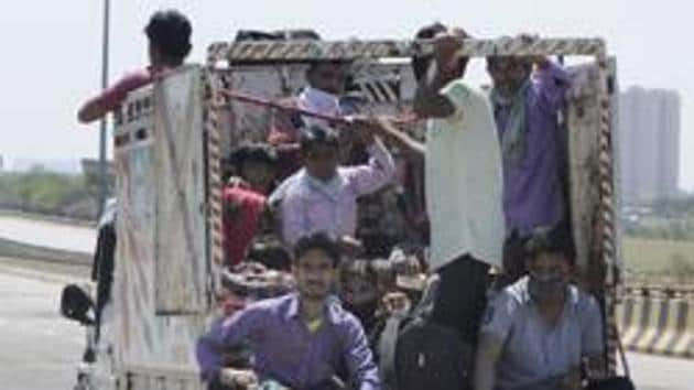 Migrant workers hitch a ride after a nationwide lockdown was announced on March 24, Noida, March 29, 2020(Sunil Ghosh / Hindustan Times)