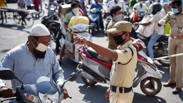 Police personnel divertcommuters during the nationwidelockdown in Vijayawada in Andhra Pradesh.(ANI PHOTO.)