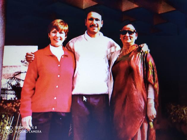 Jeev Milkha Singh with Scotty Sanders (left) and mother Nirmal at their Chandigarh home.(Special Arrangement/File)