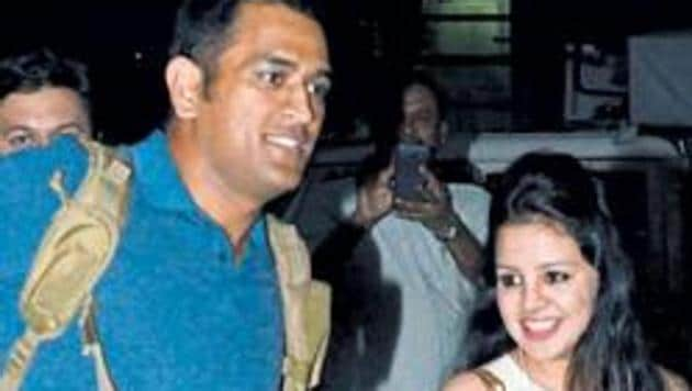 MS Dhoni (L) with wife Sakshi.(HT Photo)