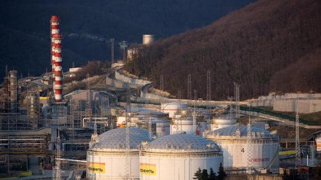 Oil storage tanks stand at the RN-Tuapsinsky refinery, operated by Rosneft Oil Co., as the sun sets in Tuapse, Russia.(Bloomberg)