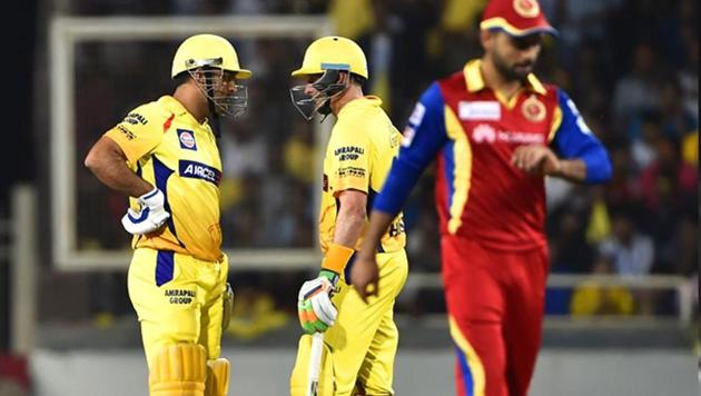 Chennai Super Kings' (CSK's) MS Dhoni and Michael Hussey have a chat in the middle(Parwaz Khan/HT Photo)