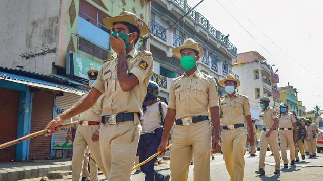 Police personnel conduct a march in Padarayanapura area of Bengaluru, Monday, April 20, 2020.(PTI)