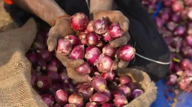 Prem Murti Pandey studied the Pimpalgaon market for a good deal in onions.(Burhaan Kinu/HT Photo)