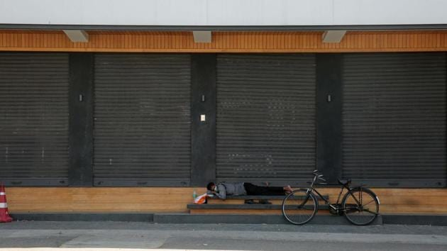 A private security guard rests outside a shop, during Covid-19 lockdown in Jaipur, on Sunday.(Himanshu Vyas/HT Photo)