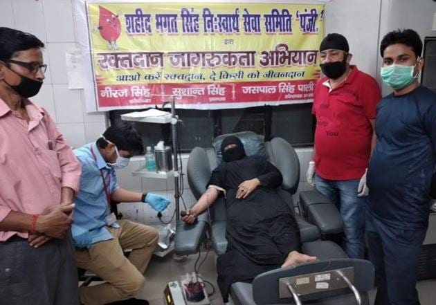 Alisha Khan donating blood at district hospital in Lakhimpur on Saturday.(HT Photo)