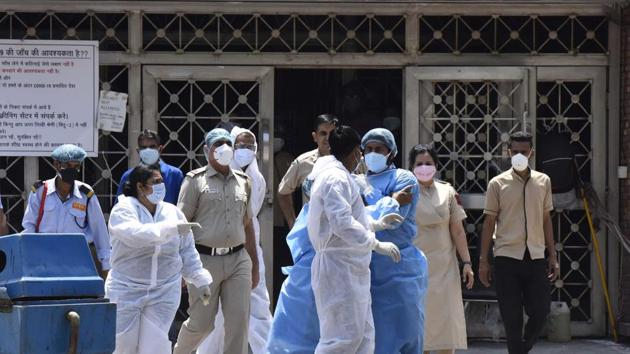 Delhi on Sunday reported 427 new cases, its highest increase in one day, as the number of infections in the Capital rose to 4,549 including 64 deaths.(Sonu Mehta/HT PHOTO)
