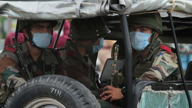 Army personnel in Jaipur wearing face masks as a precaution against Covid -19 infection seen in the procession carrying the body of Colonel Ashutosh Sharma who was killed in an encounter with militants in Jammu and Kashmir's Handwara.(Himanshu Vyas/HT Photo)