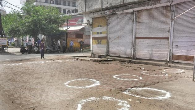 Circles marked for proper adherence of social distancing outside shuttered liquor shops during lockdown at New Bus adda in Ghaziabad on Monday.(Sakib Ali/HT Photo)