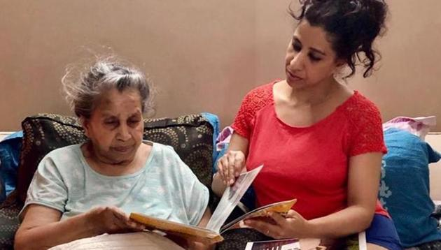 Rajni Aggarwal has been trying to cheer up her mother Karuna, who is bedridden, by organising video calls with her friends. To lift her own mood, she does yoga, draws and keeps in touch with friends.