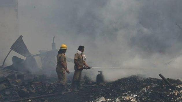 Firefighters douse fire at Tikri market.(HT Photo/Vipin Kumar)