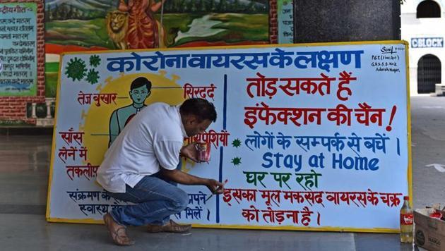 An art teacher at a Delhi Government school, seen making a coronavirus awareness banner.(Sanchit Khanna/HT File Photo)
