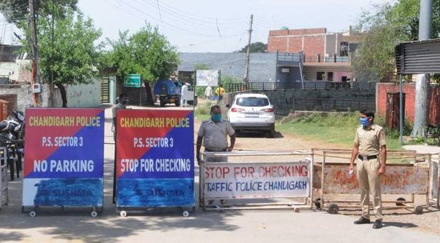 Barricades at borders are proving to be a hassle for residents of southern sectors of Chandigarh as they have to pass through Mohali to come back to Chandigarh(HT file photo)