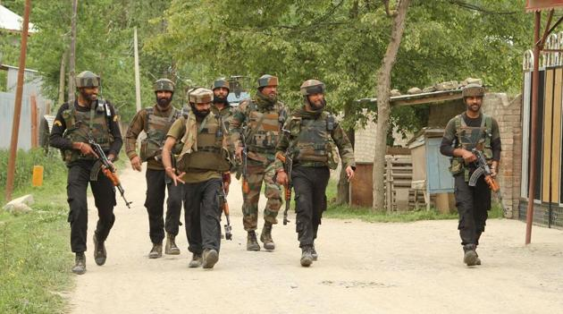 Army soldiers leave the site of the encounter with Hizbul Mujahideen commander Riyaz Naikoo and his close aide in Beigpora, Pulwama, Jammu and Kashmir on Wednesday.(HT Photo)