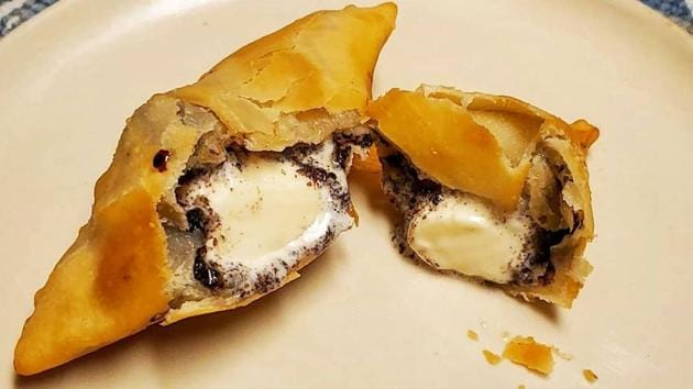 Should ice cream go in the beloved samosa? What do you think looking at this picture?(Twitter/@boybawarchi)