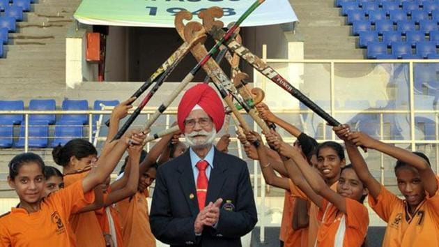 Balbir Singh Sr being given guard of honour by young hockey trainees during the commemorative function.(Keshav Singh/HT)