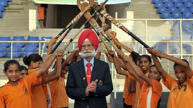 Balbir Singh Sr being given guard of honour by young hockey trainees.(Keshav Singh/HT)