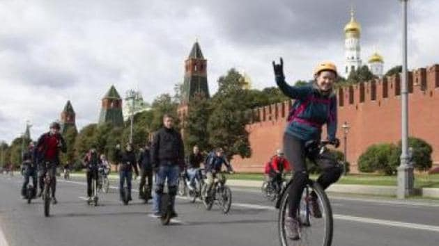 A Canadian and a Spanish student, both of Chinese origin, on Saturday cycled 100 km in Singapore to raise funds for migrants 4,000 km away in Mumbai.(IANS)