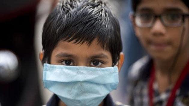 School children wear face mask to protect themselves from coronavirus at Santacruz in Mumbai.(Satyabrata Tripathy/HT Photo)
