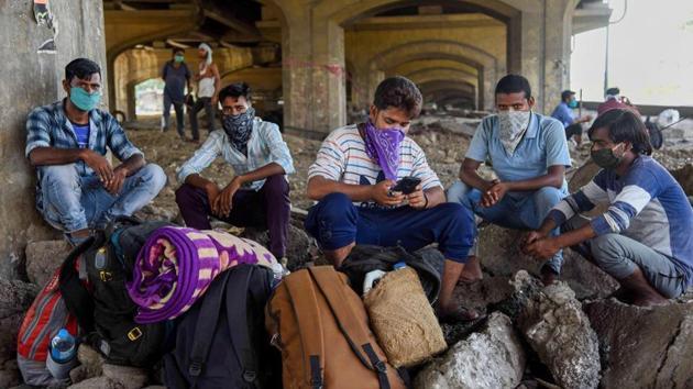 Migrants from Uttar Pradesh and Bihar take rest before they start walking back to their home states, Navi Mumbai, May 10, 2020(PTI)