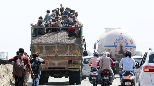 Hundreds of migrant workers are headed back to their hometowns on foot amid the lockdown that has led to the closing down of industries and businesses, costing them their jobs.(ANI)