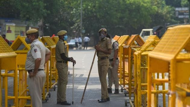 Police personnel stand guard outside the New Delhi Railway Station, during lockdown, in New Delhi.(Amal KS/HT PHOTO)