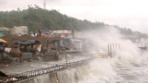 Strong waves batter houses along the coastline of Catbalogan city in Western Samar province on May 14. Typhoon Vongfong slammed into the eastern Philippines on May 14 after authorities evacuated tens of thousands of people while trying to avoid the virus risks of overcrowding emergency shelters. (Simvale Sayat / A)