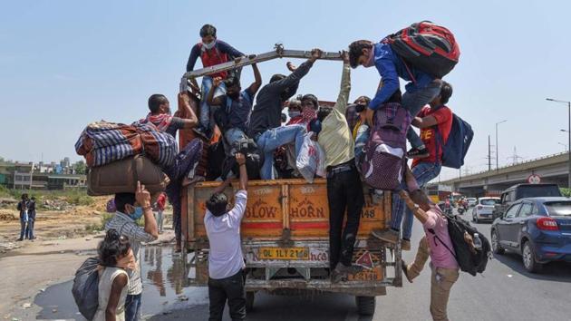 Labourers in Delhi board a truck to reach their home states.(S Khanna/HT Photos)