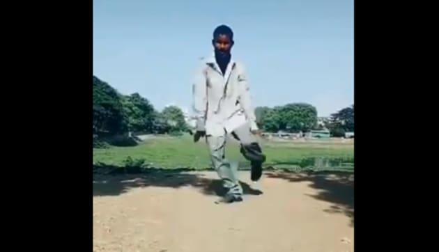 The image shows the man dancing to You Are My Soniya.(Twitter/@rose_k01)