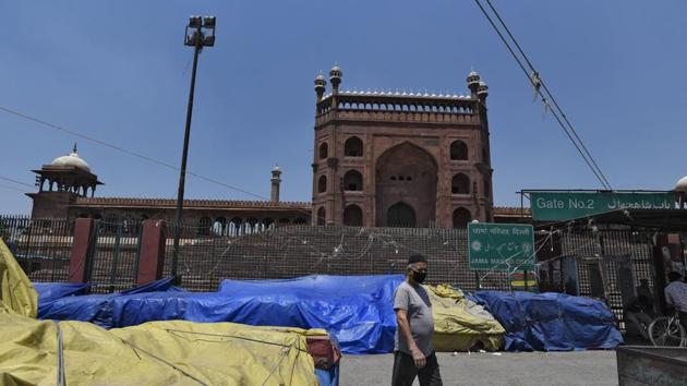 Stalls that would form the market in front of the Jama Masjid seen covered with plastic sheets during lockdown, in New Delhi.(Burhaan Kinu/HT PHOTO)