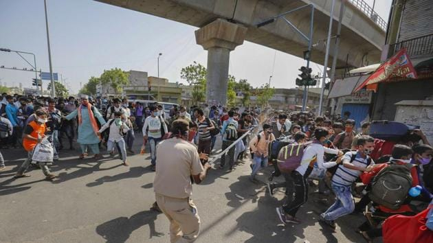 Nearly 100 migrants suddenly came on the road in the morning and engaged in indiscriminate stone-pelting.(PTI)