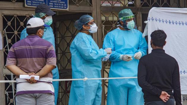 New Delhi: Medics attend to patients at a government hospital during the ongoing coronavirus lockdown in Delhi.(PTI)