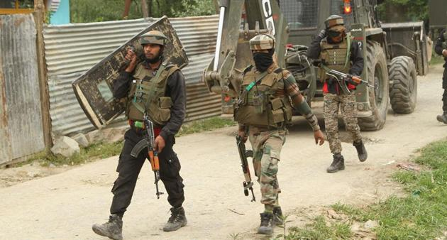 Army soldiers leave the site of the encounter with Hizbul Mujahideen commander Riyaz Naikoo and his close aide in Beigpora, Pulwama, Jammu and Kashmir, India on Wednesday May 05, 2020.(HT Photo/ representative)