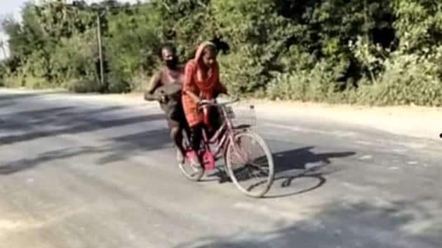 15-year-old Jyoti Kumari cycling her injured father.(@AnubhaPrasad)