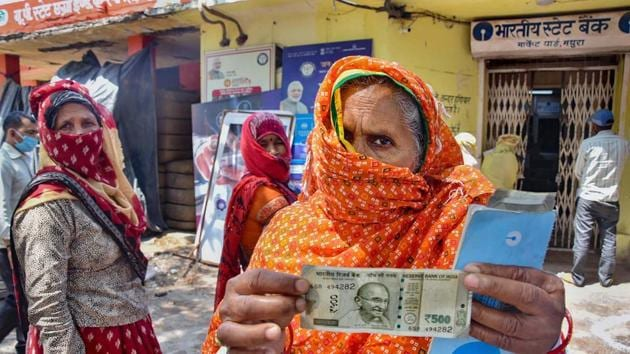 An elderly woman shows a Rs 500 after withdrawing from her Jan Dhan account, Mathura, May 4, 2020(PTI)