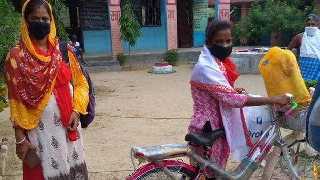 Jyoti Kumari was given a new cycle, school uniform and text books in recognition of her herculean effort.(Sourced Photo)